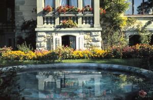 Springbrunnen Erker mit Blumenschmuck