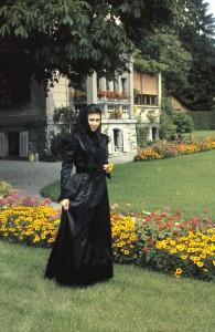 Erica Boser im Garten des Tusculum mit einem Kleid von Franziska Rusca-Weislein
