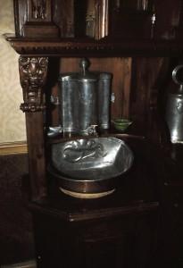Altes Buffett mit Handwaschbecken