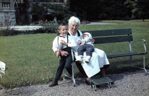 Tante Fanny mit Mario Boser (li) und Matthias Boser auf dem Schoss